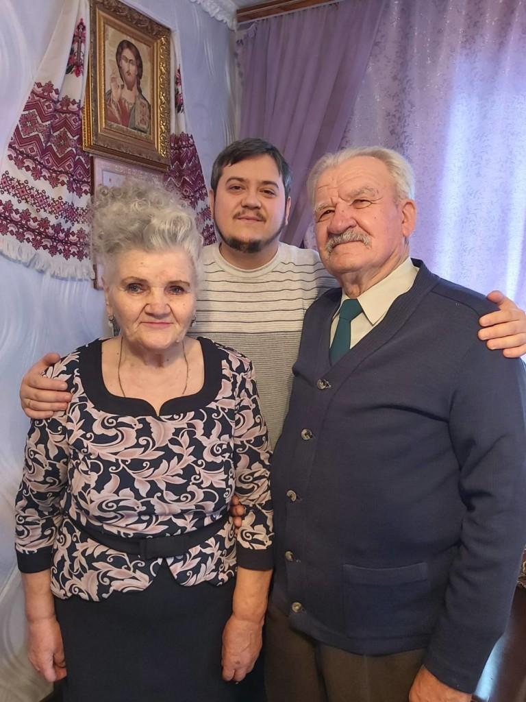 СІМФЕРОПОЛЬ.Керівник сімейного єпархіального відділу привітав родину заслужених працівників культури України з 58-ю річницею з дня одруження!